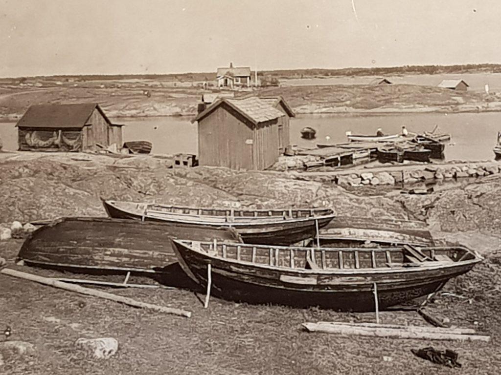 Skötökor och storökor på Möja. En tid in på 1900-talet fanns de överallt i skärgården, idag är hantverkstraditionen sedan länge bruten. Nordiska museets arkiv.